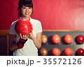 ボーリングをする女性 35572126