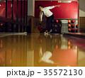 ボウリングをする男性 35572130