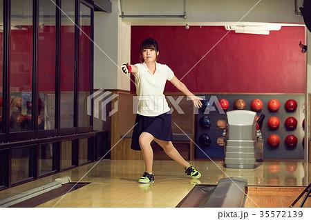 ボウリングをする女性 35572139
