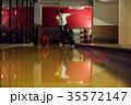 ボウリングをする男性 35572147