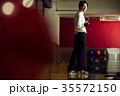 ボウリングをする男性 35572150