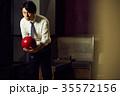 ボウリングをする男性 35572156