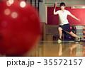 ボウリングをする女性 35572157