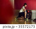 ボウリングをする女性 35572173