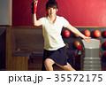 ボウリングをする女性 35572175