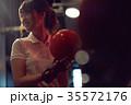 ボウリングをする女性 35572176