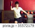 ボウリングをする女性 35572179