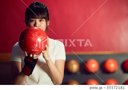 ボウリングをする女性 35572181