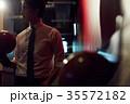 ボウリングをする男性 35572182