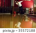 ボウリングをする男性 35572188