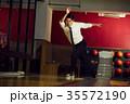 ボウリングをする男性 35572190