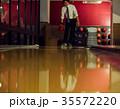 ボウリングをする男性 35572220