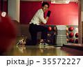 ボウリングをする男性 35572227