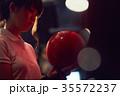 ボウリングをする女性 35572237