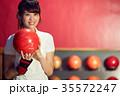 ボウリングをする女性 35572247