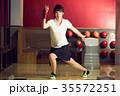 ボウリングをする女性 35572251