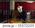 ボウリングをする男性 35572255