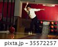 ボウリングをする男性 35572257