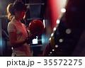 ボウリングをする女性 35572275