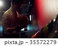 ボウリングをする男性 35572279