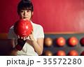 ボウリングをする女性 35572280