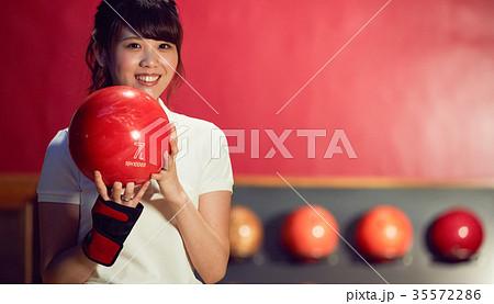 ボウリングをする女性 35572286