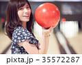 ボウリングをする女性 35572287