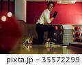 ボウリングをする男性 35572299