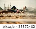 線路 廃線 休憩 女性バックパッカー 35572482