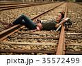 線路 廃線を行く女性バックパッカー ポートレート 35572499