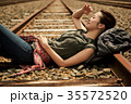 線路 廃線 休憩 女性バックパッカー 35572520