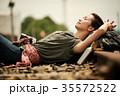線路 廃線 休憩 女性バックパッカー 35572522