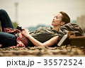 線路 廃線 休憩 女性バックパッカー 35572524