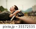 線路 廃線 休憩 女性バックパッカー 35572535