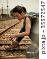 線路 廃線を行く女性バックパッカー 35572547