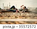 線路 廃線 休憩 女性バックパッカー 35572572