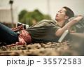 線路 廃線 休憩 女性バックパッカー 35572583
