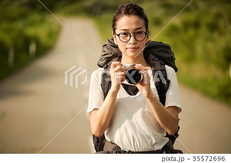 女性バックパッカー カメラ ポートレート 35572696
