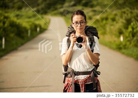 女性バックパッカー カメラ ポートレート 35572732