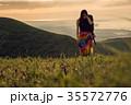 草原を行く女性バックパッカー 35572776