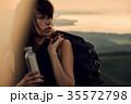 草原を行く女性バックパッカー 35572798