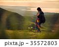 草原を行く女性バックパッカー 35572803