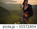 草原を行く女性バックパッカー 35572804