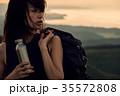草原を行く女性バックパッカー 35572808