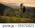 草原を行く女性バックパッカー 35572823