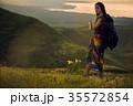 草原を行く女性バックパッカー 35572854