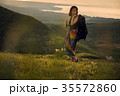 草原を行く女性バックパッカー 35572860