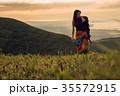 草原を行く女性バックパッカー 35572915