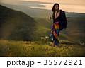 草原を行く女性バックパッカー 35572921