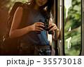 女性バックパッカー 電車内  35573018